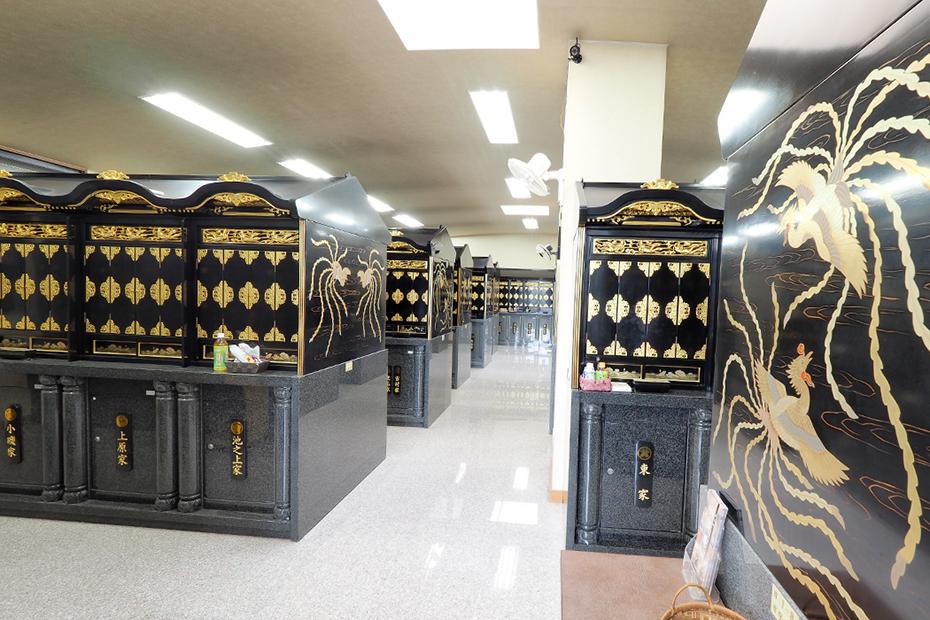 納骨壇が並ぶ武霊廟の納骨堂