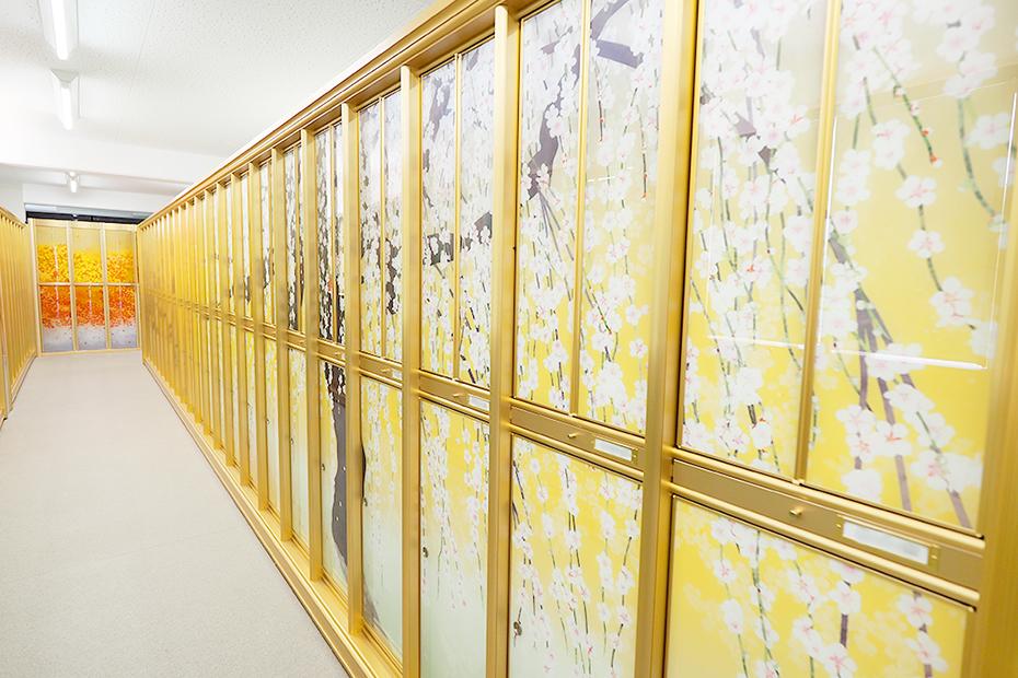 美しい枝ぶりの白梅の納骨壇