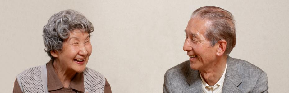 にこやかに談笑する老夫婦