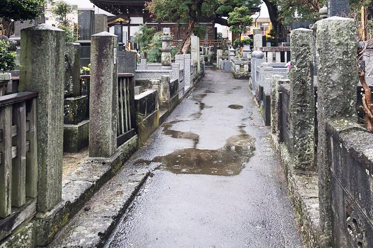 雨の日の墓地